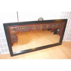 Spegel med karvat motiv