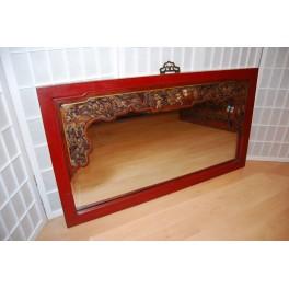 Spegel med karvat motiv,röd ram