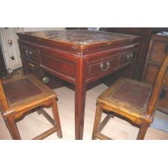 Antikt bord med stolar