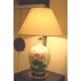 Vacker lampa m. lotusmotiv - Porslinslampa m. lotusblom