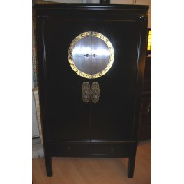 Vackert svart brudskåp med dekorativt beslag